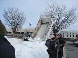 ダンプで雪を運んでいる写真