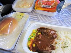 韓国料理を期待していたが普通のビーフシチューだった機内食の写真