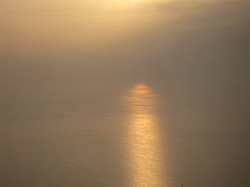 黄海に落ちる夕陽は黄砂にかすんでいたと言う写真
