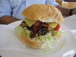 同行者の注文したハンバーガーだが凄くでかいぞという写真