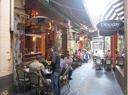 路地を入ったところにあるすてきなレストランの写真