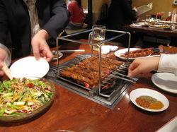 上下2段の特別な道具で焼きます。焼き上がったら上の段に置いておいてゆっくり食べるんですよという写真。