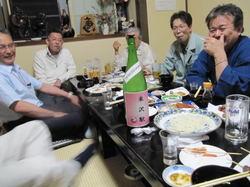 中央の一升瓶は米沢駅と書いてありますね。誰のボトル?