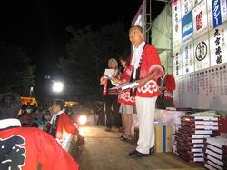 優秀な仮装をした方には添川実行委員長から名誉の賞品のかずかずが授与されました。
