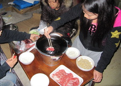 おもむろに鍋に肉を載せました