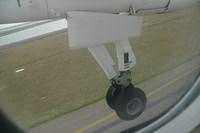 残念ながら前輪ではなく、主翼下の車輪です。
